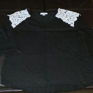 Moa Moa woman black an white lace blouse